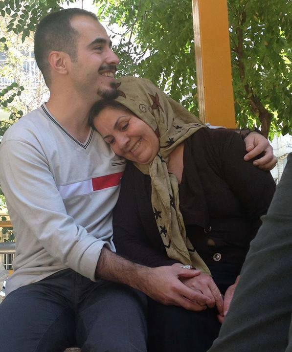 مادر حسین رونقی:«حسین در زندان از دست من می رود»